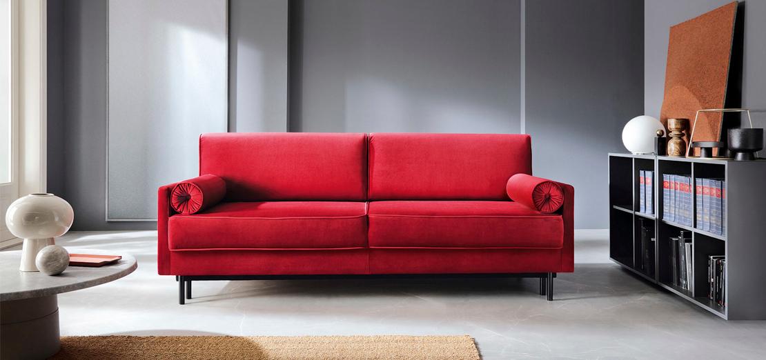 sofa w kolorze malinowym