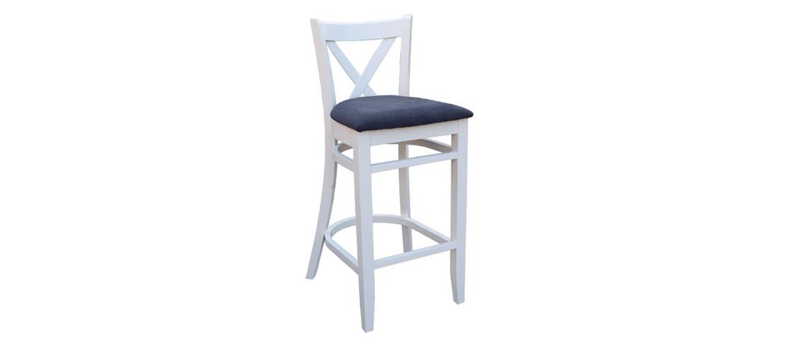 wygodne krzesło o podwyższonych nogach